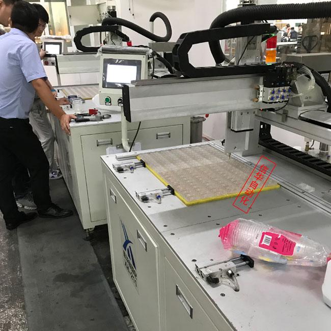 信华对老客户双液点胶机做技术指导