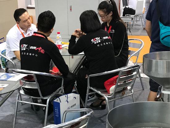 信华点胶机展会CCTV信用中国采访